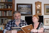 Marta a Jiří Bartoňovi drží v rukou knihu o Dalečíně, kterou v neděli slavnostně pokřtí.