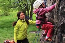 V letních měsících trénují horolezci z Nového Města na skalních útvarech. Do svých aktivit se snaží zapojit nejen děti, ale také jejich rodiče.