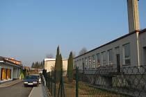 Na místě dvou pavilonů školky byly postaveny domky pro klienty křižanovského sociálního ústavu (vlevo), zbývající tři mají být nahrazeny deseti minidomky.