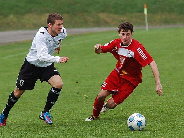 Fotbalisté Pelhřimova (v bílém Michal Niederle) zvládli derby s Velkým Meziříčím na jedničku a po perfektním výkonu v prvním poločase vyhráli 3:1.