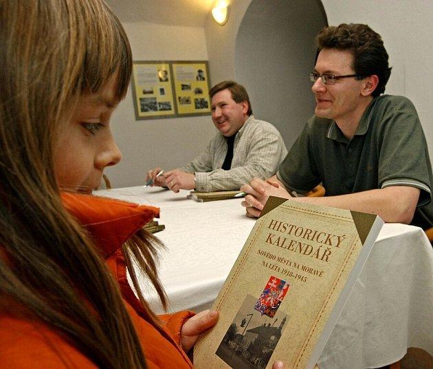 Druhý díl historického kalendáře se představil veřejnosti v Novém Městě na Moravě a již je k mání.  Autoři kalendář představili při autogramiádě, která se uskutečnila v Horáckém muzeu v Novém Městě na Moravě.