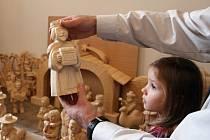 Nové figurky pro žďárský betlém tvoří letos asi šedesát řezbářů-amatérů, velká část z nich vyřezává poprvé v životě.