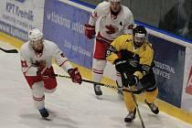 Žďárské Plameny (v bílém) si doma poradily s hokejisty Moravských Budějovic (ve žluto-černém).