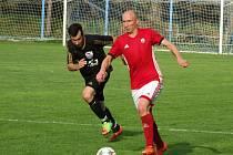 Po odehraných deseti kolech nejnižší krajské soutěže na Vysočině jsou fotbalisté Nedvědice (v červených dresech) na čele tabulky.