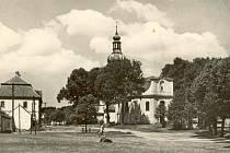 Kostel v Bobrové v roce 1956.
