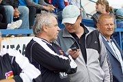 V sobotním odpoledni bavili diváky v Novém Městě na Moravě českoslovenští fotbaloví internacionálové, kteří nastoupili za Kozlovnu Ládi Vízka. S ním v jednom dresu nastoupil také jeho vnuk Jiří Šmicer, syn úspěšného bývalého českého reprezentanta Vladimír