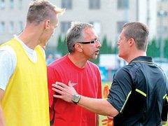 Trenér Libor Zelníček (na snímku v červeném) si připsal dvě úspěšná střídání. Hráči, které poslal na hřiště v průběhu zápasu, rozhodli o výhře nad HFK Olomouc.