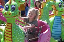 Žďárská pouť do města každým rokem přiláká desetitisíce návštěvníků, nejvíce se na ni těší děti.