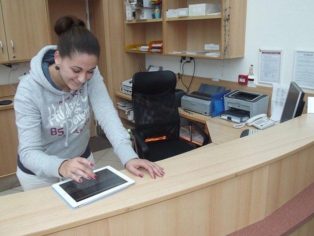 Malé počítače s dotykovou obrazovkou se díky krajskému příspěvku dostaly i do novoměstské nemocnice.