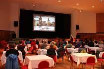 Funkci novoměstského kina převezme velký sál místního kulturního domu. Promítání bude žánrově laděno, letní filmy například doplní lehátka a slunečníky. Organizačně náročné bude především uspořádání hlediště před každou projekcí.