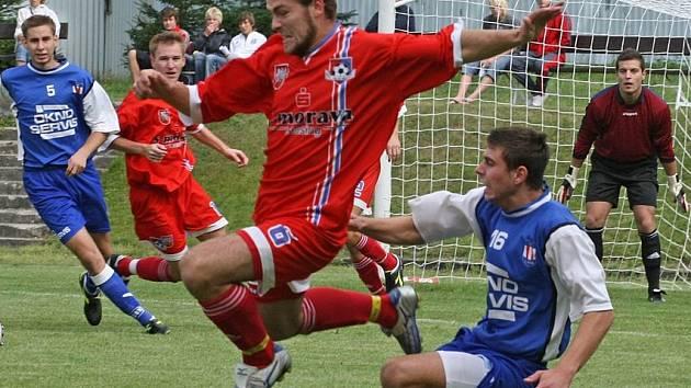 Fotbalité Velkého Meziříčí (v červeném) nedokázali v prozatimním průběhu soutěže před domácími fanoušky bodovat. Posledním pokořitelem byla Líšeň.