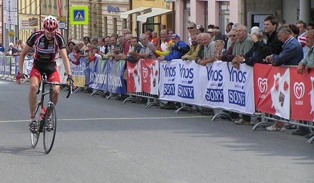 Jakub Kratochvíla právě přejel startovní čáru a kromě vítězství ve druhé etapě vede průběžné pořadí závodu.