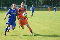 Fotbalisté Radešínské Svratky (v oranžovém Ivo Plhal) začali premiéru v I. A třídě remízou 2:2 proti Koutům.