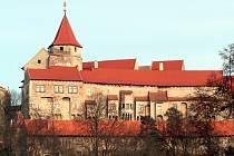 Zájezd Po stopách pánů z Pernštejna zahrnuje samozřejmě i zastavení na nádvoří hradu Pernštejna.