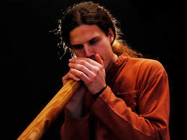 Tomáš Dufek didgeridoo vyrábí i sám na exotický hudební nástroj hraje.