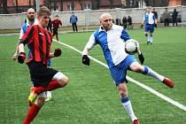 stup do jarní části divize fotbalistům Slavoje Polná (vpravo Robert Caha) výsledkově nevyšel. Loňský nováček prohrál na umělé trávě v Dubňanech s Hodonínem.