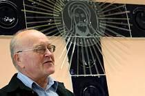 Na dni otevřených dveří ve žďárském Seniorpenzionu Fit byla slavnostně předána plastika, již sklář Jaroslav Svoboda pro toto zařízení vytvořil. Kříž je vyroben ze skleněných kachlí, na čirém skle je pak vypískovaná hlava Krista.