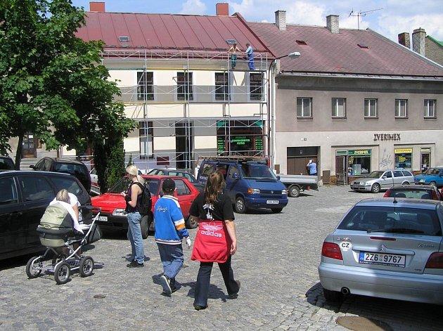 Miniaturní plocha v centru města je plná aut. Výjezd z náměstí je jenom z jedné strany a denně tudy prochází i velké množství chodců. Dopravní chaos bude trvat i v příštích měsících, radní se totiž neshodli na žádné změně dopravních pravidel.