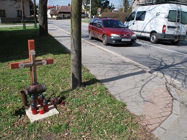 Tragickou nehodu připomíná v Nových Dvorech křížek.