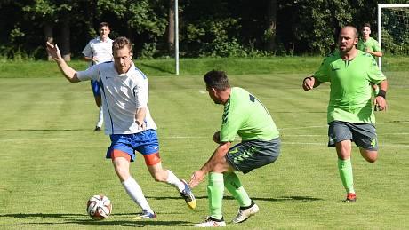 V osmém kole krajského přeboru se fotbalisté Žirovnice (v bílých dresech) i Náměšti nad Oslavou (v zeleném) shodně představí na hřištích soupeřů. Celek z Pelhřimovska hraje dnes v Chotěboři, Náměšť zítra nastoupí v Polné.