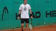 V průběhu přípravy na nový ročník NHL si Martin Nečas nezapomněl zajít zahrát také jeho oblíbený tenis.