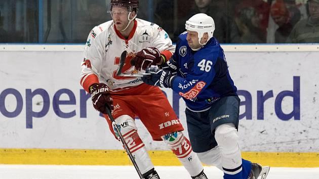 Hokejisté Žďáru nad Sázavou (v bílem) zdolali nepříjemný Kolín (v modrém) díky gólu v prodloužení.
