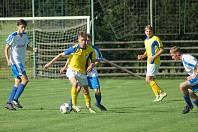 Fotbalisté béčka Nové Vsi (ve žlutém dresu Ondřej Starý) inkasovali v Borech jediný gól zápasu v 79. minutě.