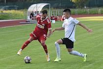 Nesmírně důležité tři body vybojovali fotbalisté Velkého Meziříčí (v červeném) v pátečním utkání proti rezervě Slovácka.