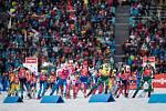 Start závodu s hromadným startem na 12,5 km žen v rámci Světového poháru v biatlonu.