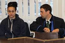Terezu Galbovou (vlevo) soud potrestal třemi roky vězení. Petra Piskurová vyvázla se dvěma a půl roky vězní, přičemž jí soud trest podmíněně odložil na zkušební dobu tři a půl roku.