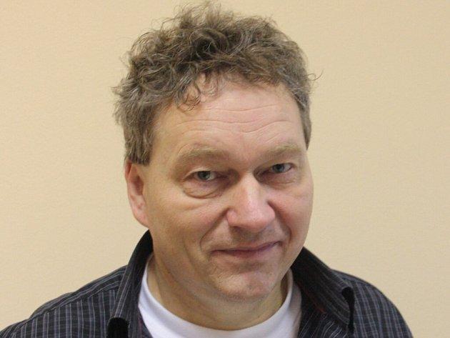 Vedoucí dobrovolnického centra Roman Mezlík je původní profesí učitel anglického jazyka, žije v Jihlavě a v letošním roce oslaví padesáté narozeniny.