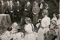 U založení Žďárských vrchů byl i tehdejší prezident Ludvík Svoboda. Zatancovaly mu děti z Rokytna. Reprofoto.