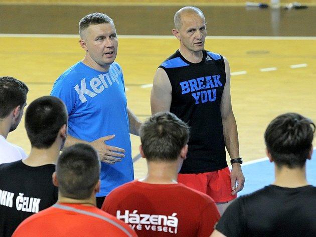 Šéftrenér novoveselských házenkářů Pavel Hladík (vlevo) měl v této sezoně mnoho důvodů k radosti. Tou poslední byl zisk Česko-Slovenského poháru mladších dorostenců.
