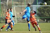 Hráči Radešínské Svratky (v oranžovém) s béčkem Polné (v modrém) dlouho prohrávali 0:1, v závěrečné čtvrthodině však dokázali zápas dvěma góly otočit.