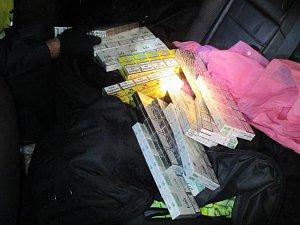 Honička s autem celníků skončila u Kochánova díky policistům