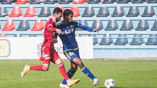 Jediné své tři podzimní body získali fotbalisté juniorky FC Vysočina (v modrém) na hřišti Velkého Meziříčí (v červeném záložník Robin Demeter), kde překvapivě zvítězili vysoko 5:0.