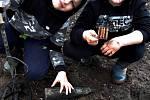 Dělostřelecký granát ležel na dně rybníka. Našli jej Štěpán Pancner (vlevo a Daniel Červenka (vpravo).