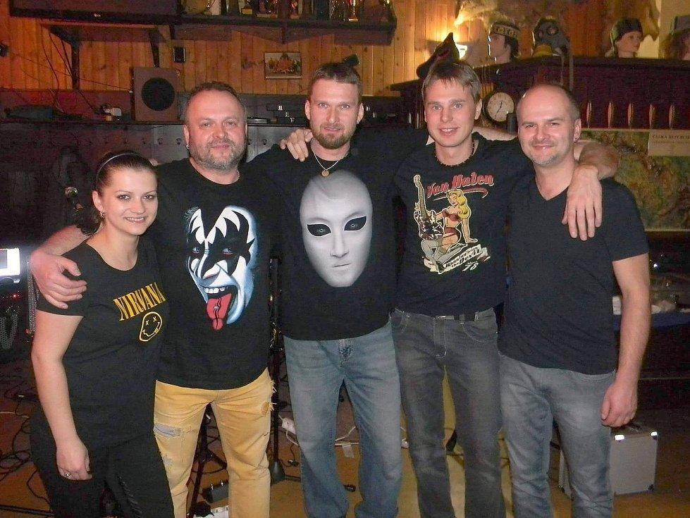 Skupina Kavijerock a Bára - zleva Barbora Malivánková, Karel Malivánek, Roman Lysý, Jan Vítek a Vít Malivánek.