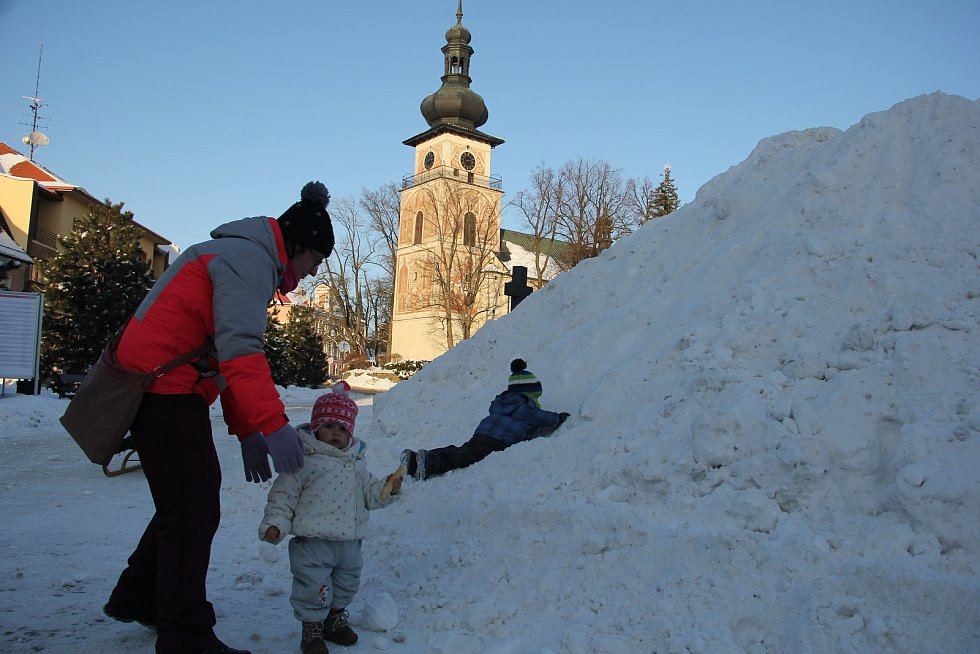 V minulých letech si dětii v centru Nového Městěana Moravě užívaly klouzání na hromadě sněhu.