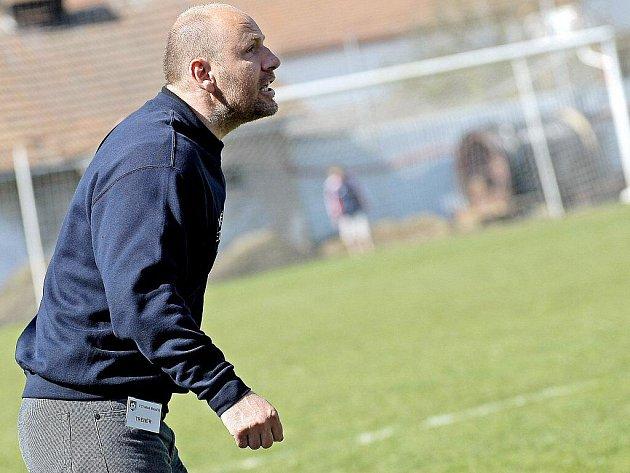 """Trenér velkomeziříčských fotbalistů Milan Volf nebyl ani tak naštvaný na hráče Bystrce, jako spíš na svoje svěřence. """"Měli hrát a ne čekat, že jim soupeř vrátí míč,"""" zuřil po zápase."""
