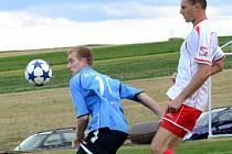 Bystřický kanonýr Miloš Prášil (v modrém) zaznamenal svůj první gól v letošní sezoně divize. Na body ovšem nestačil. Stará Říše doma díky brankám Osumanua a Kyzlinka zvítězila 2:1.