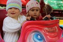 Nejmenší děti nejsou náročné a cena odpovídajících atrakcí na svatojánské pouti zůstává přiměřená. Horší to však mají při rodiče odrostlejších dětí. Květnový víkend strávený ve Žďáře mezi kolotoči může doslova vysát pořádný kus rodinného rozpočtu.