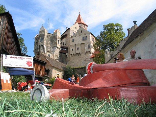 HADICE NA PERNŠTEJNĚ. Stovky metrů hasičských hadic omotaly před dvěma roky hrad Pernštejn. Tehdy oheň zachvátil čtvrtou bránu a sýpku. O víkendu se válely na hradě hadice znovu. Tentokrát ale nehořelo.