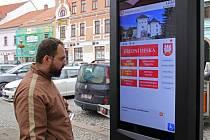 Lidé ve Velkém Meziříčí mohou na Náměstí hledat informace v nové elektronické úřední desce.