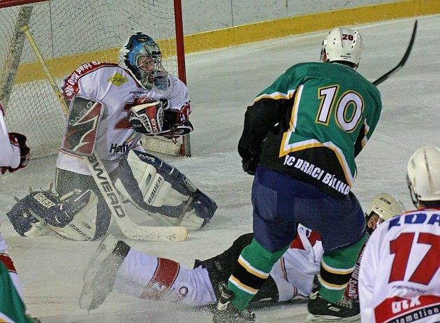 Žďárští hokejisté (v červenobílém) se dokázali probojovat do druhé hokejové ligy.