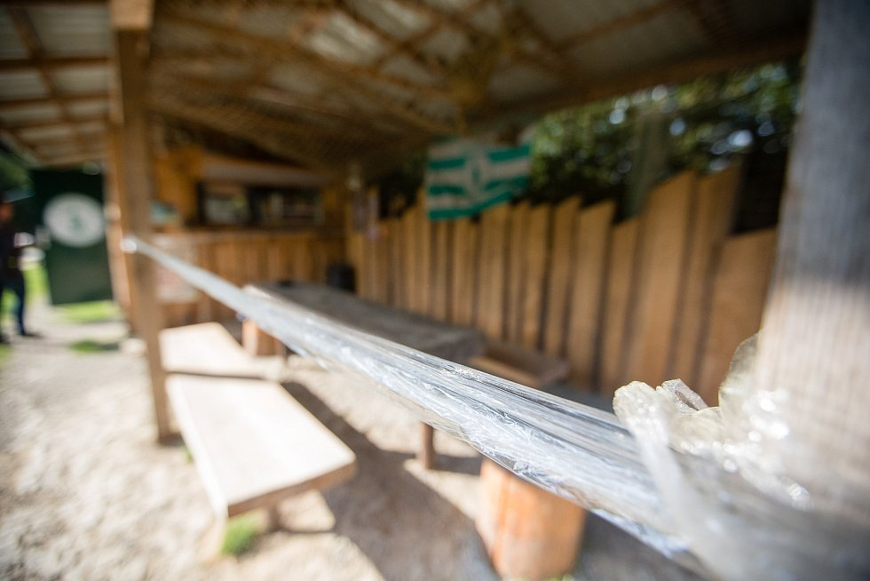 Prodej z okénka Občerstvení u Vodníka při koronavirových opatřeních.