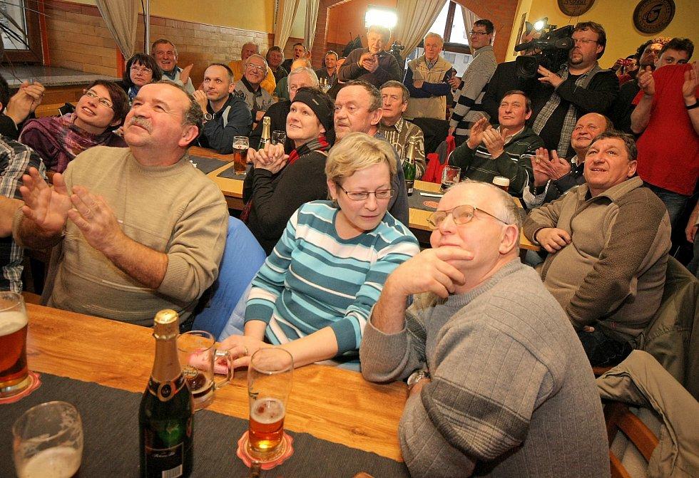 V Novém Veselí slavily v sobotu Zemanův úspěch desítky lidí.