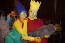 """Na tradiční maškarní bál vBobrové chodí lidé vpřevleku, i """"v civilu"""". Soutěž o nejlepší kostým letos vyhráli Simpsonovi."""