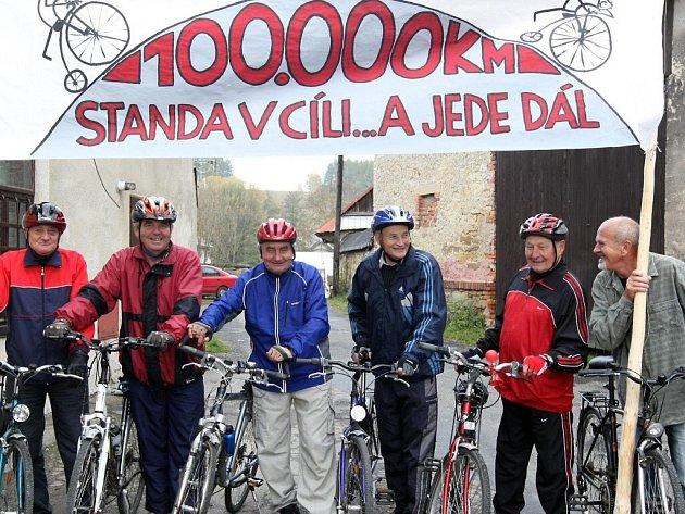 Stanislav Rosický (třetí zleva) jezdí s cyklistickou partou z Vojnova Městce.