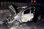 Tři jednotky hasičů likvidovaly v neděli v podvečer požár osobního vozidla.